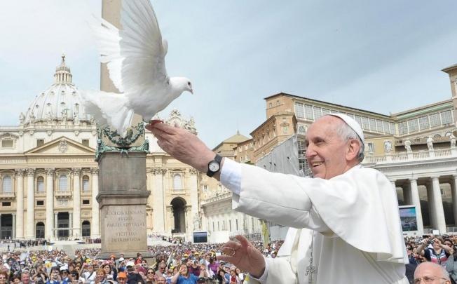 PopewithDove[1].jpg